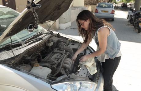 נשים במוסך – עובדים עלינו